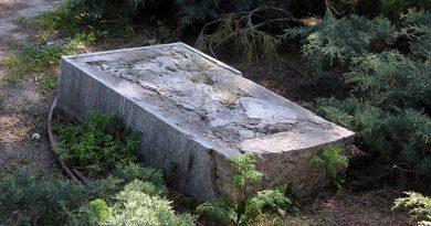Pedestal de hormigón coronado por una placa al insigne arquitecto Antonio Palacios