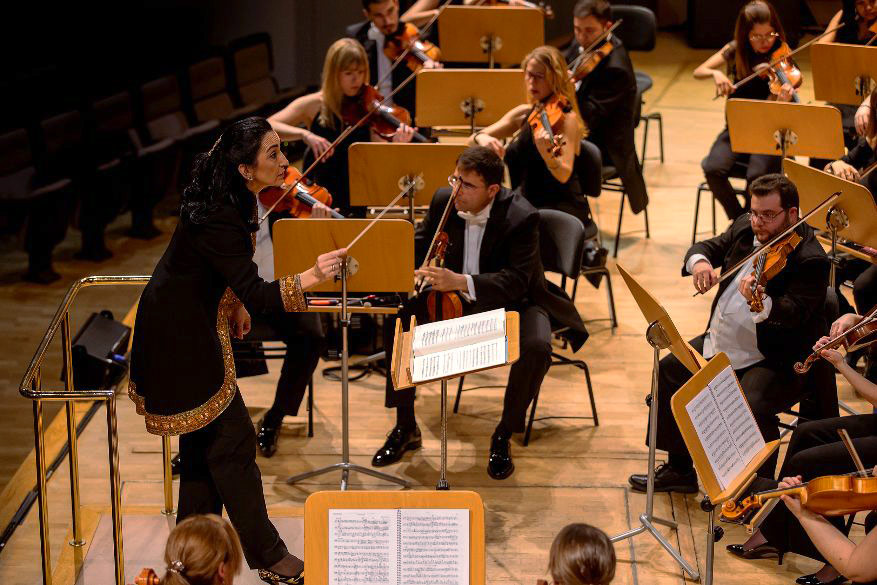 Silvia Sanz dirigiendo a la Orquesta Metropolitana de Madrid