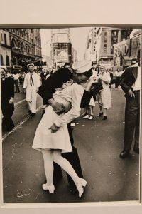 Con los ojos bien abiertos. Cien años de fotografía Leica - V-J Day in Times Square, The Kiss