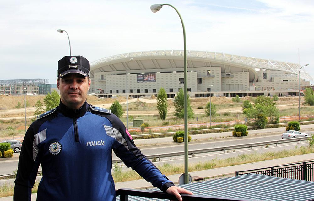 José Rodríguez Vacas posando en la UIP con el Wanda Metropolitano a su espalda.