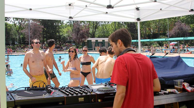 Música electrónica en las piscinas del polideportivo de SanBlas