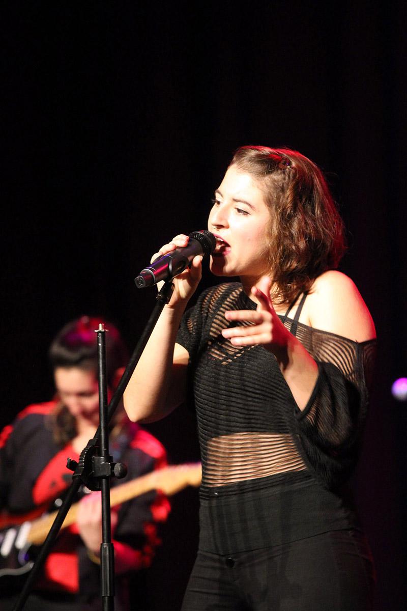 Isa es La Otra, una cantautora madrileña