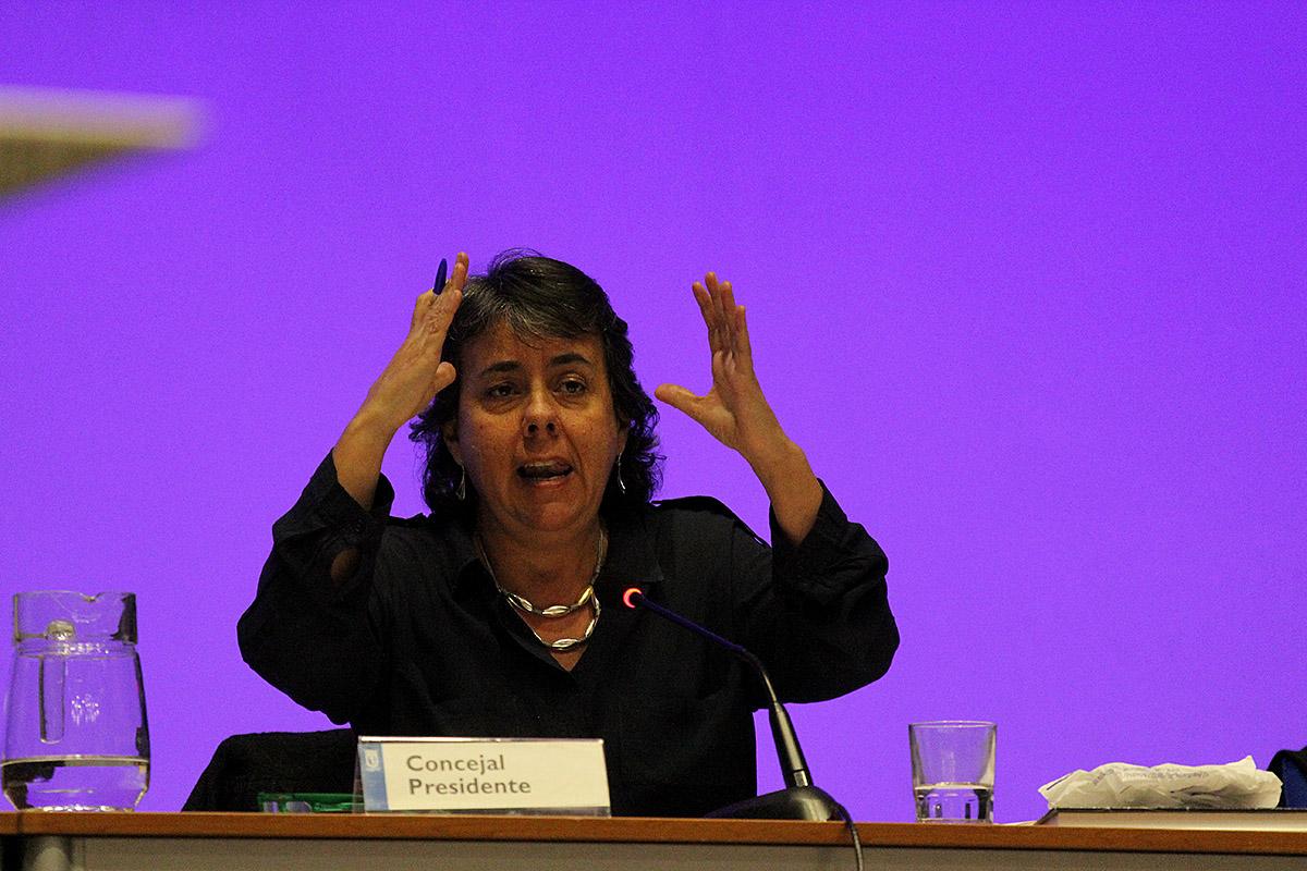 La concejala presidenta del distrito, Marta Gómez, compareció en el Pleno Municipal del mes de diciembre para informar sobre la Ley de Estabilidad Presupuestaria