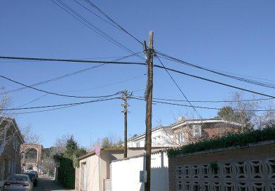 Descontrol en tendidos telefónicos y eléctricos peligrosos