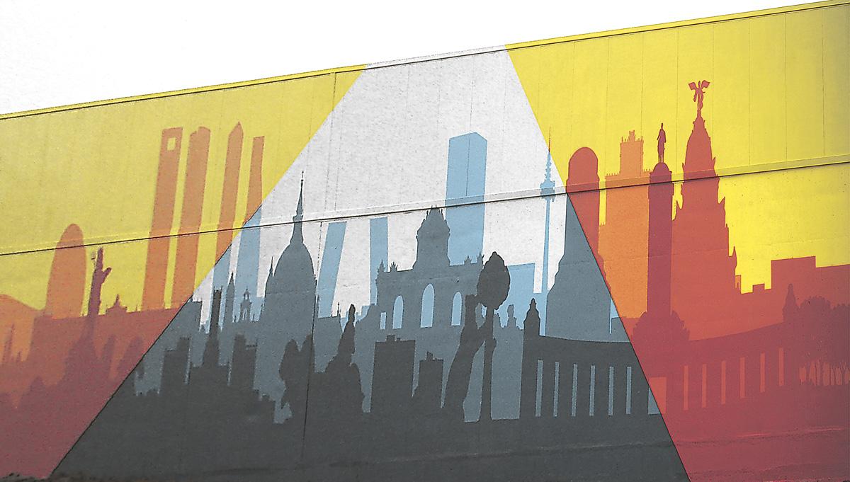 """Como rasgo singular, esta tienda tiene además un grafiti que ocupa toda la fachada posterior, realizado por la empresa Munary. Representa el """"Skyline"""" de Madrid y sus alrededores, con algunos de sus principales monumentos y tiene una dimensión de aproximadamente 400 metros cuadrados."""