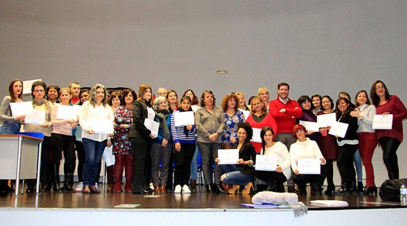 La Junta entrega los diplomas a las personas participantes en dos talleres de empleo