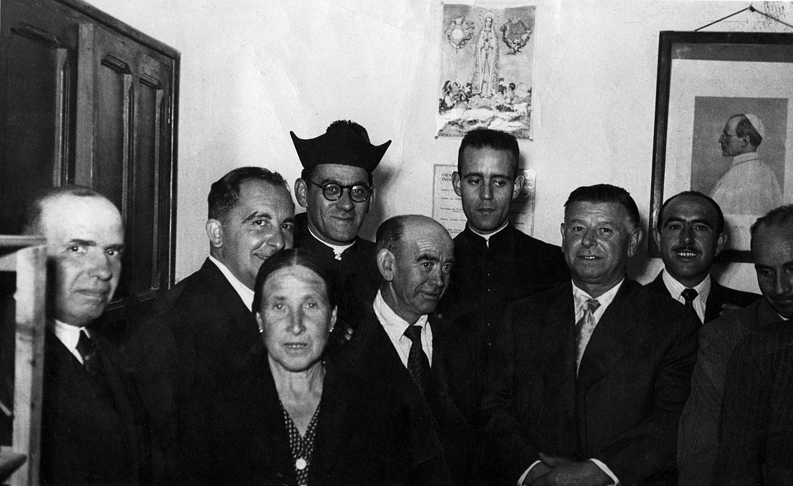 El párroco Luis Calleja con Mariano Cavero (coajutor), Teodoro, Julián Sepúlveda y Alberto Hervás, entre otros, con el retrato al fondo del Papa Pío XII en 1952.