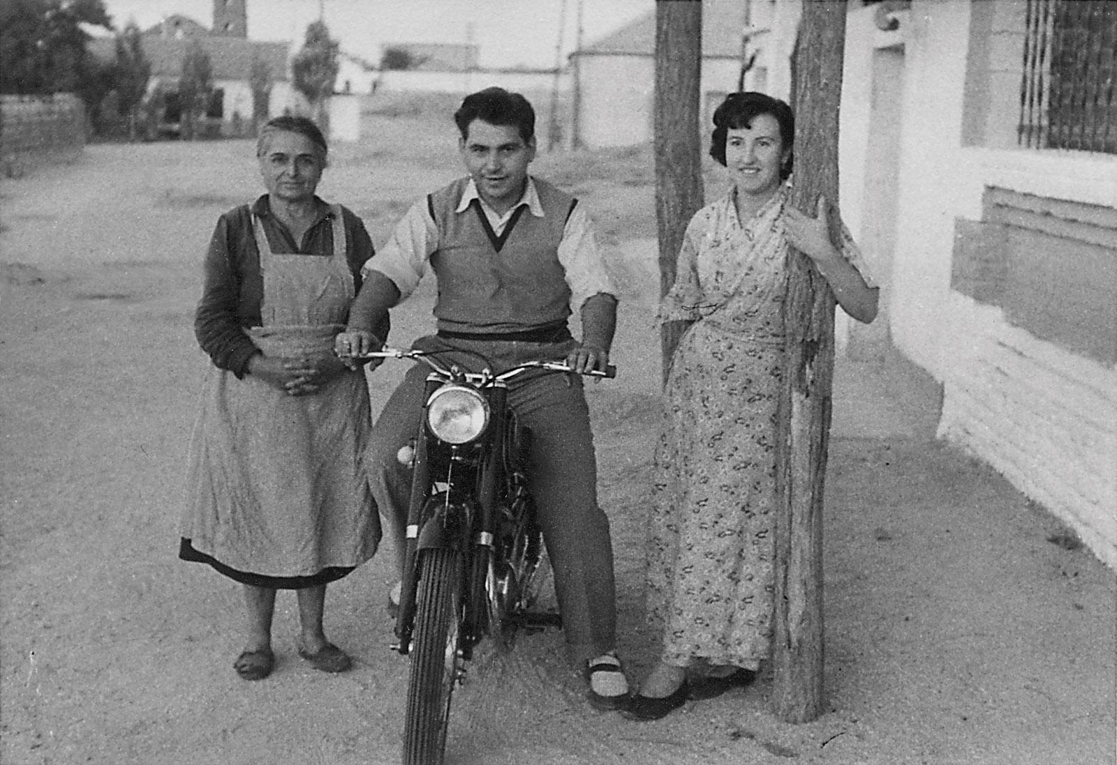 Fernando Paz e Isabel Mellado con la abuela Lorenza en la calle Diana en 1954. La moto es una Lube Renn 125 con la rueda trasera carenada.