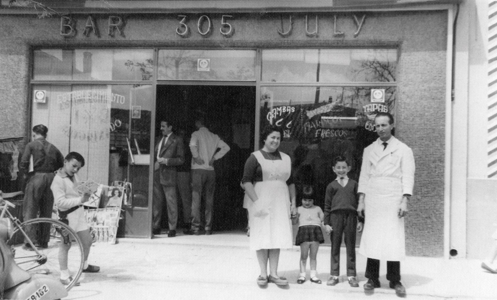 Julio Sepúlveda y su esposa Chiqui con su dos hijos en el bar July ubicado en el número 305 de la Carretera de Aragón. Año 1962.