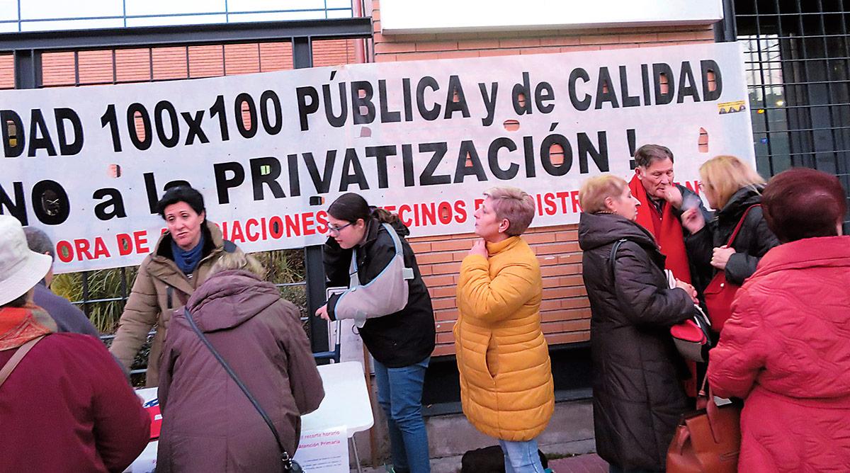 Concentración en el CS Los Alpes contra los recortes horarios