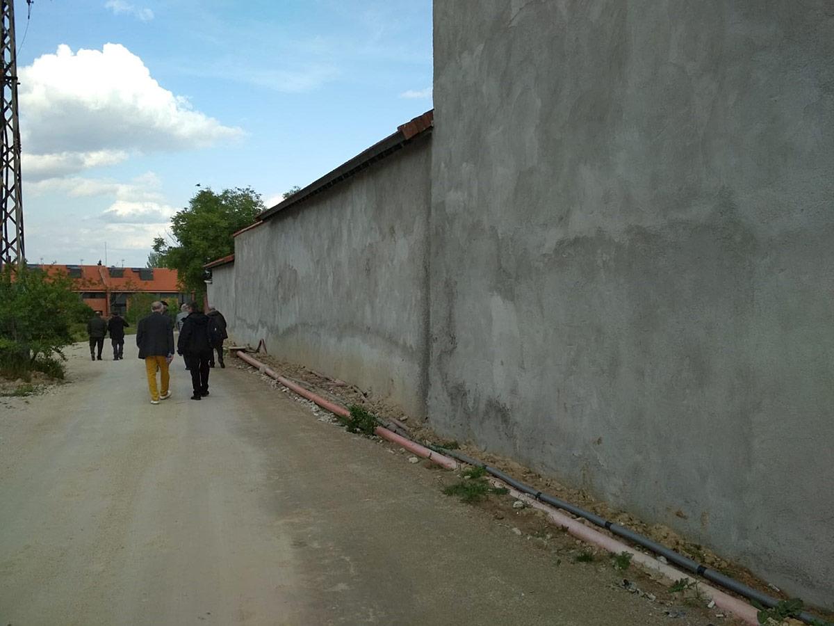La tapia perimetral de la zona norte ha sido rematada con cemento enfoscado.