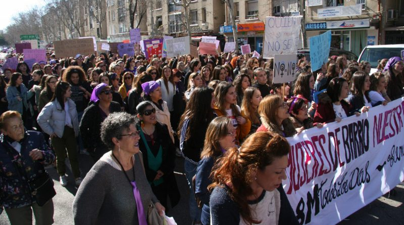Un millar de personas se manifestaron en la marea morada