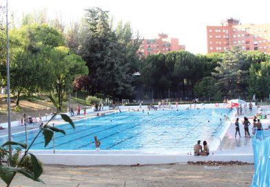 Las piscinas al aire libre son una buena opción para refrescarse y hacer deporte a la vez