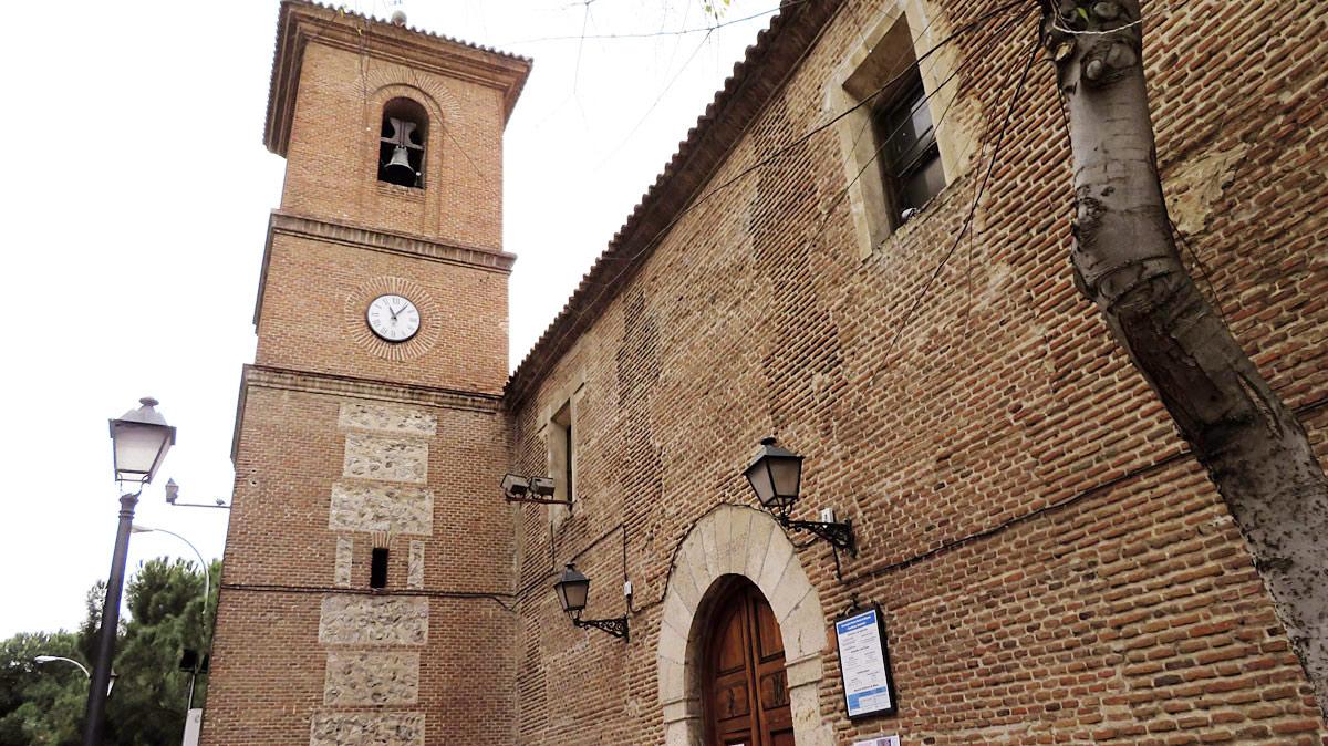 El cuerpo central de la parroquia Santa María la Blanca fue construido, como indica la inscripción en la puerta principal, en 1552. El arco de la misma, de piedra caliza; el coro alto de su interior y los ladrillos que la levantan hacen que sea una pieza única del distrito.