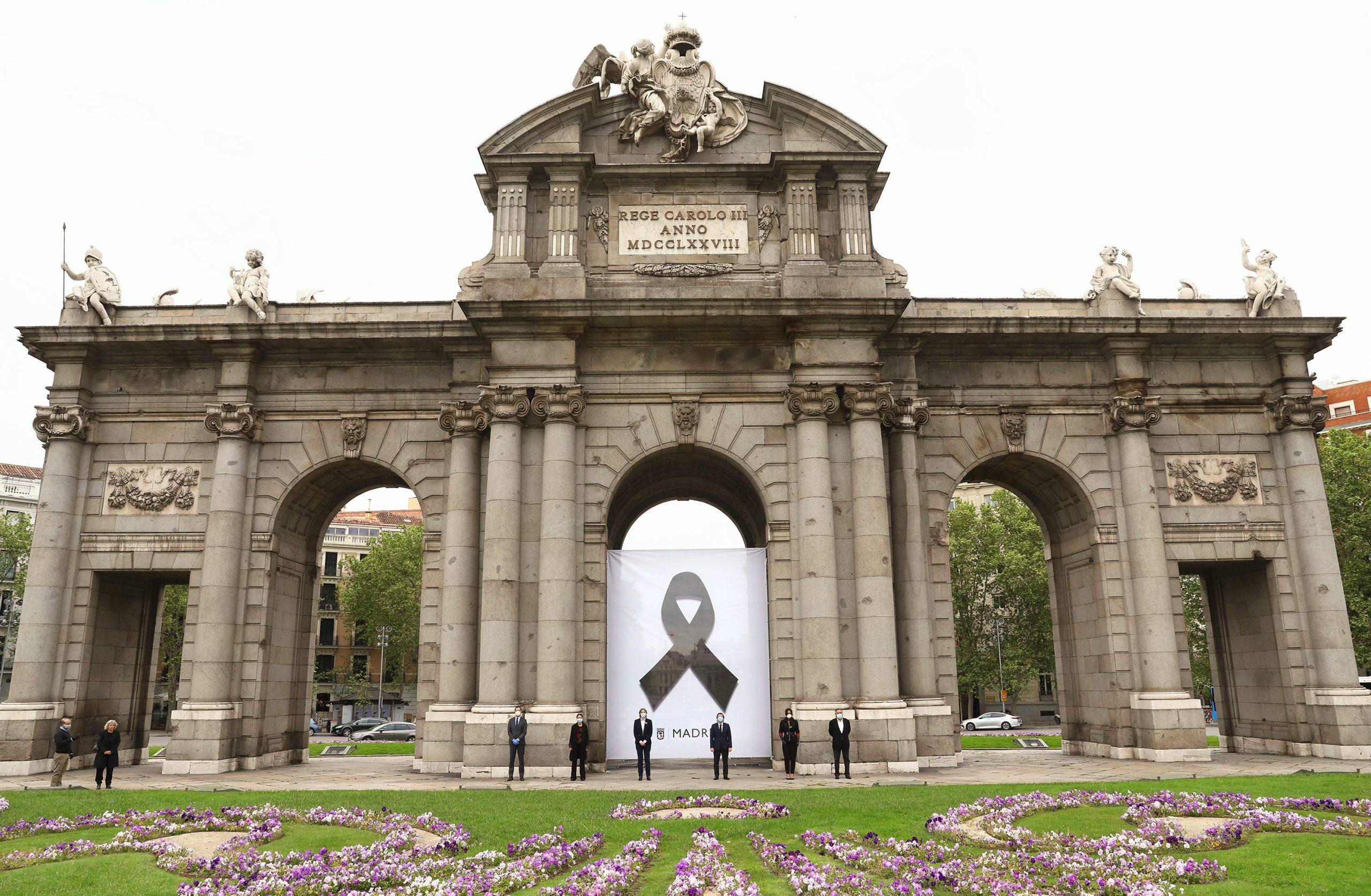 Crespón negro en la Puerta de Alcalá por los fallecidos a causa del Covid-19
