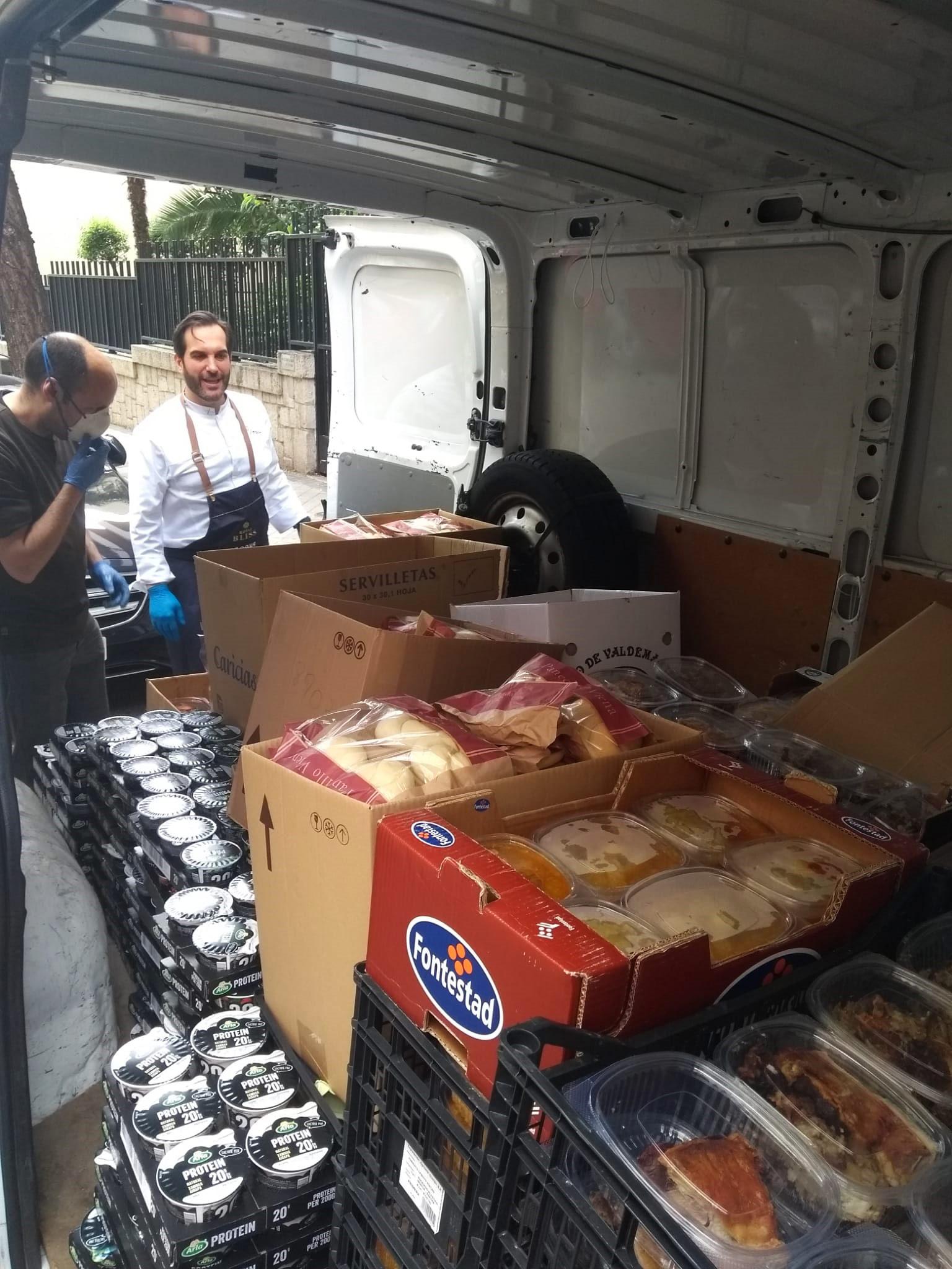 El interior de la furgoneta cargada de comida uno de los días de recogida en el Coque