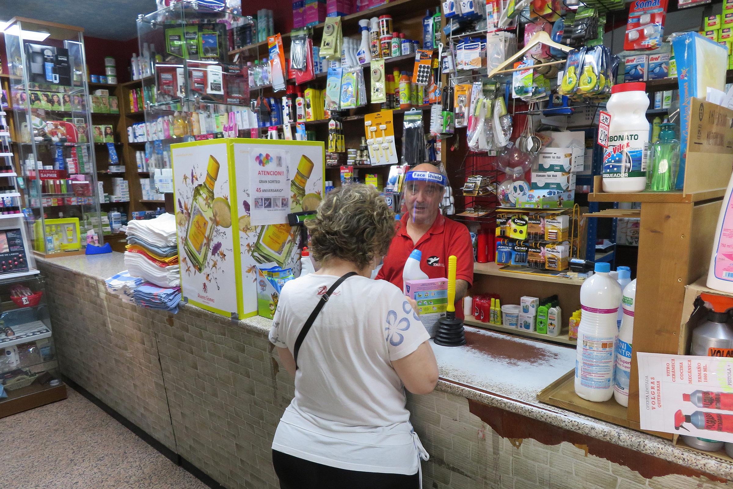 El trato personal y el conocimiento de la clientela es un valor añadido de las tiendas de barrio