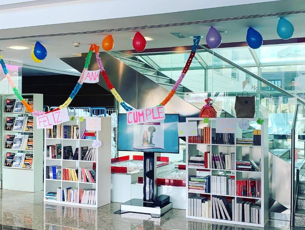 En la recepción del Crowne Plaza se montó una biblioteca que también se decoró para felicitar a los sanitarios que cumplieron años en esos días
