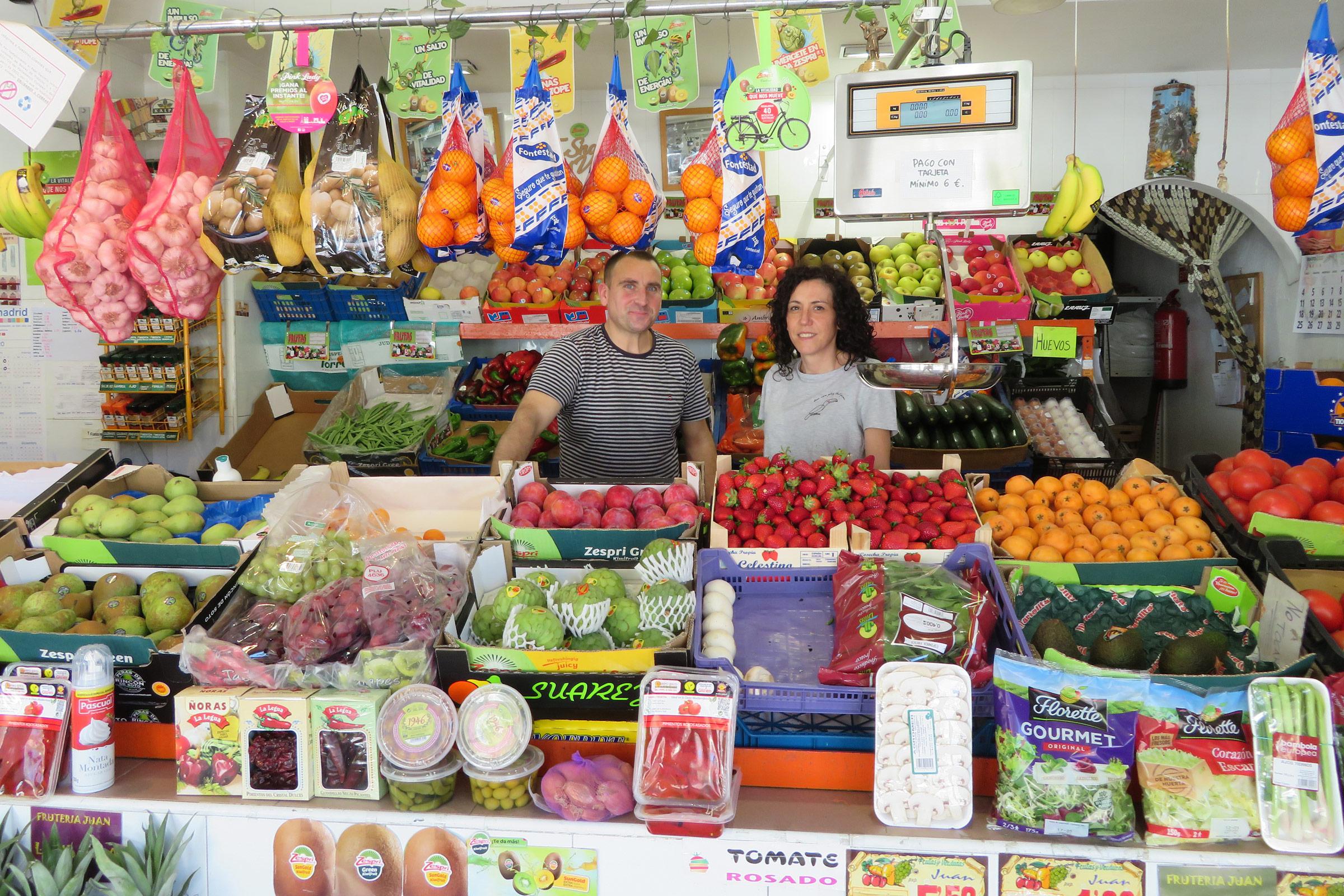 Juan y Yolanda posan en el interior de su frutería