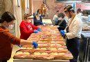 Los voluntarios y los hermanos Sandoval preparando menús en el restaurante Coque