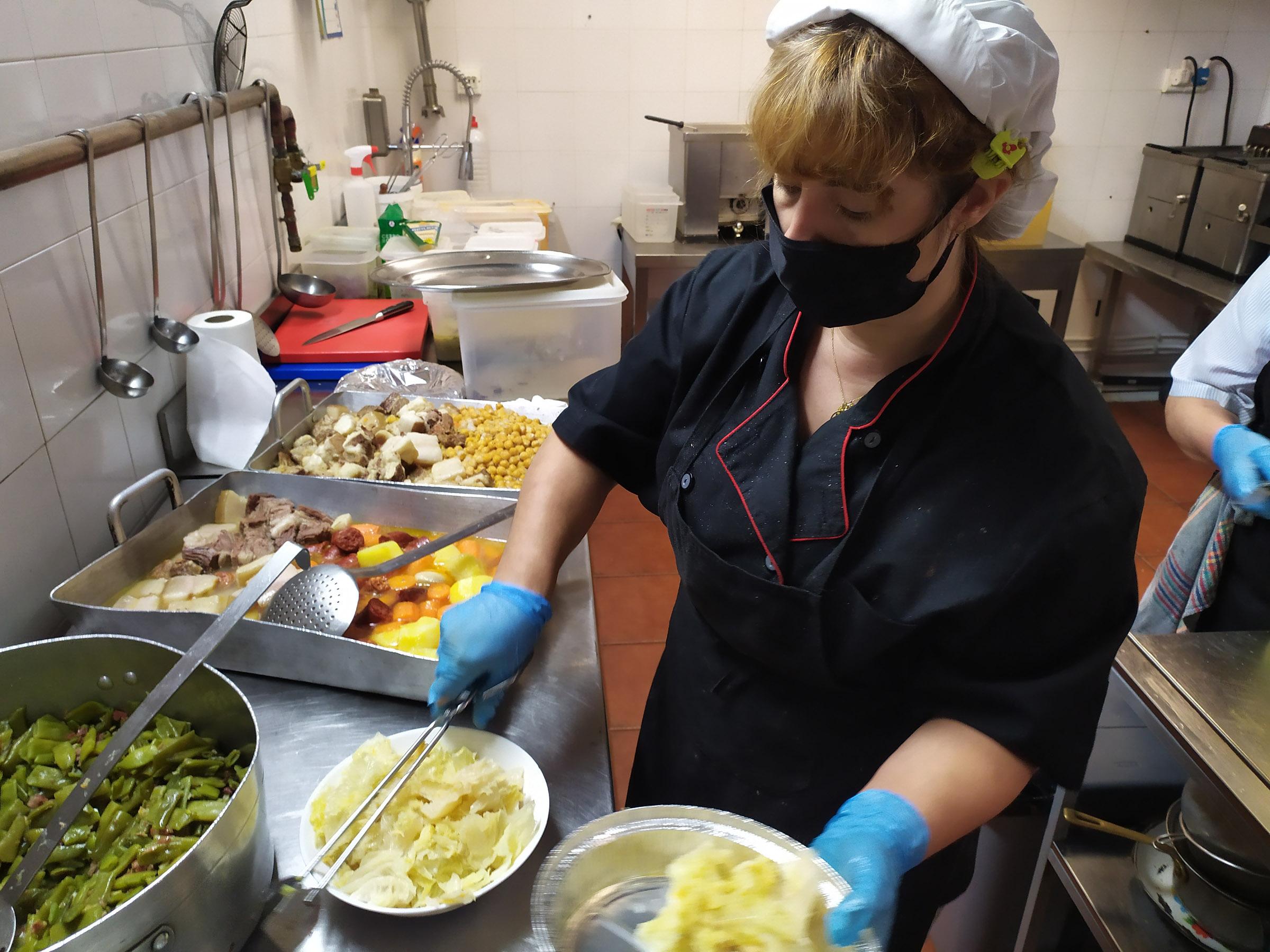 Marilia prepara los táperes de comida para su posterior reparto