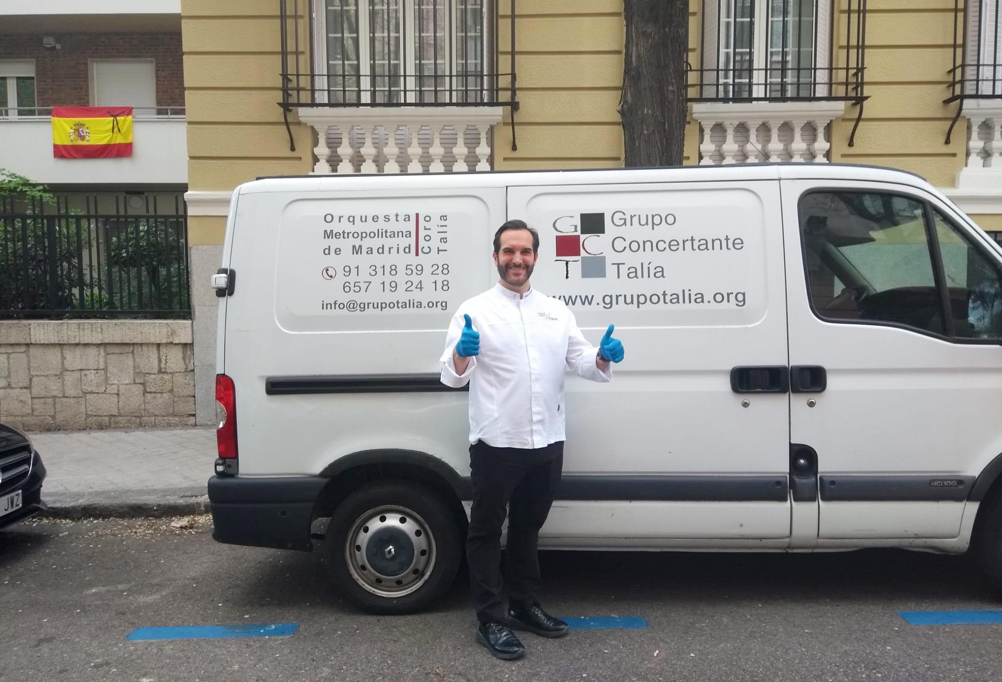 Mario Sandoval delante de la furgoneta aportada por el Grupo Concertante Talía