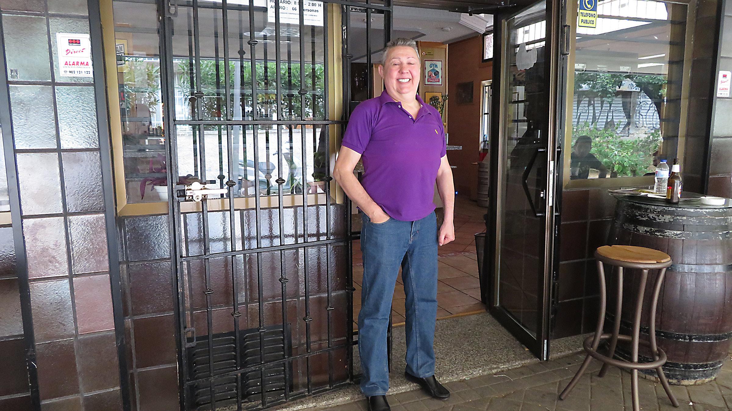 Juan Agustín es vecino de San Blas Canillejas desde hace cinco décadas