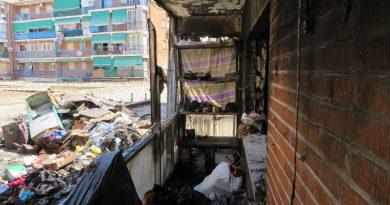 Los restos de los enseres que había en la casa fueron amontonados para su retirada