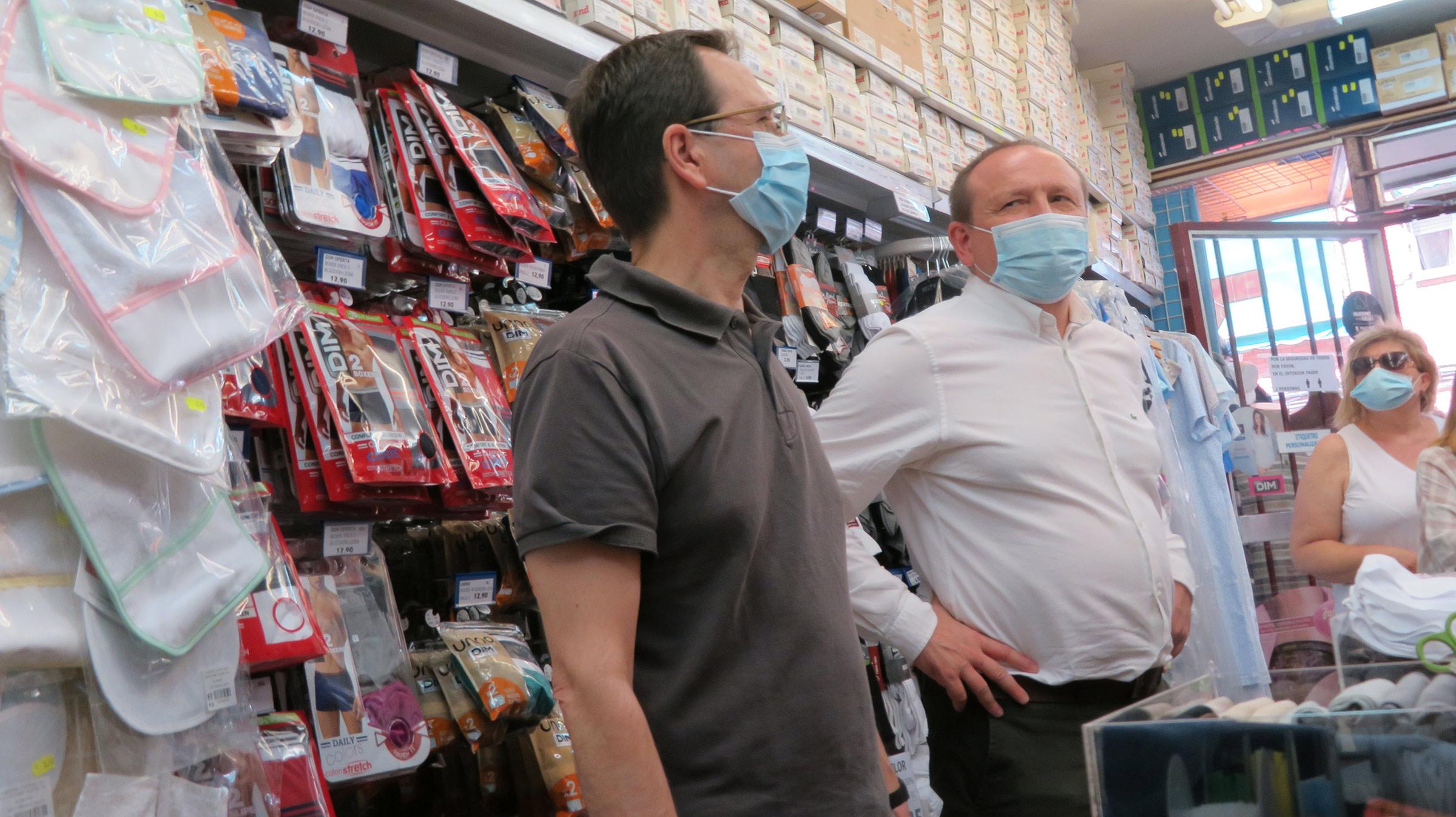 Martín Casariego atiende a los comerciantes del mercado de la calle Boltaña