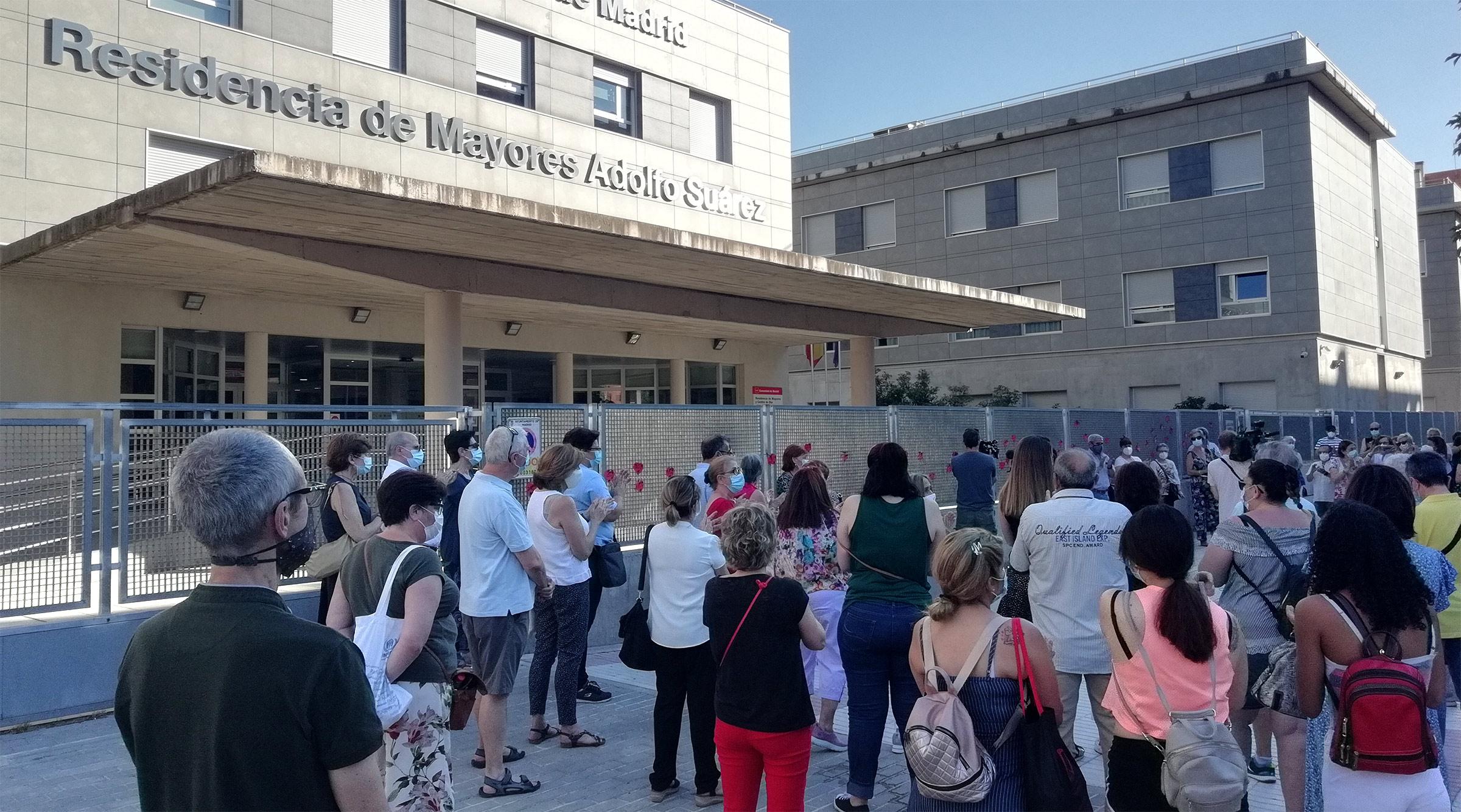 Entre los asistentes al homenaje se encontraban familiares de los fallecidos y allegados de residentes que siguen en la Adolfo Suárez