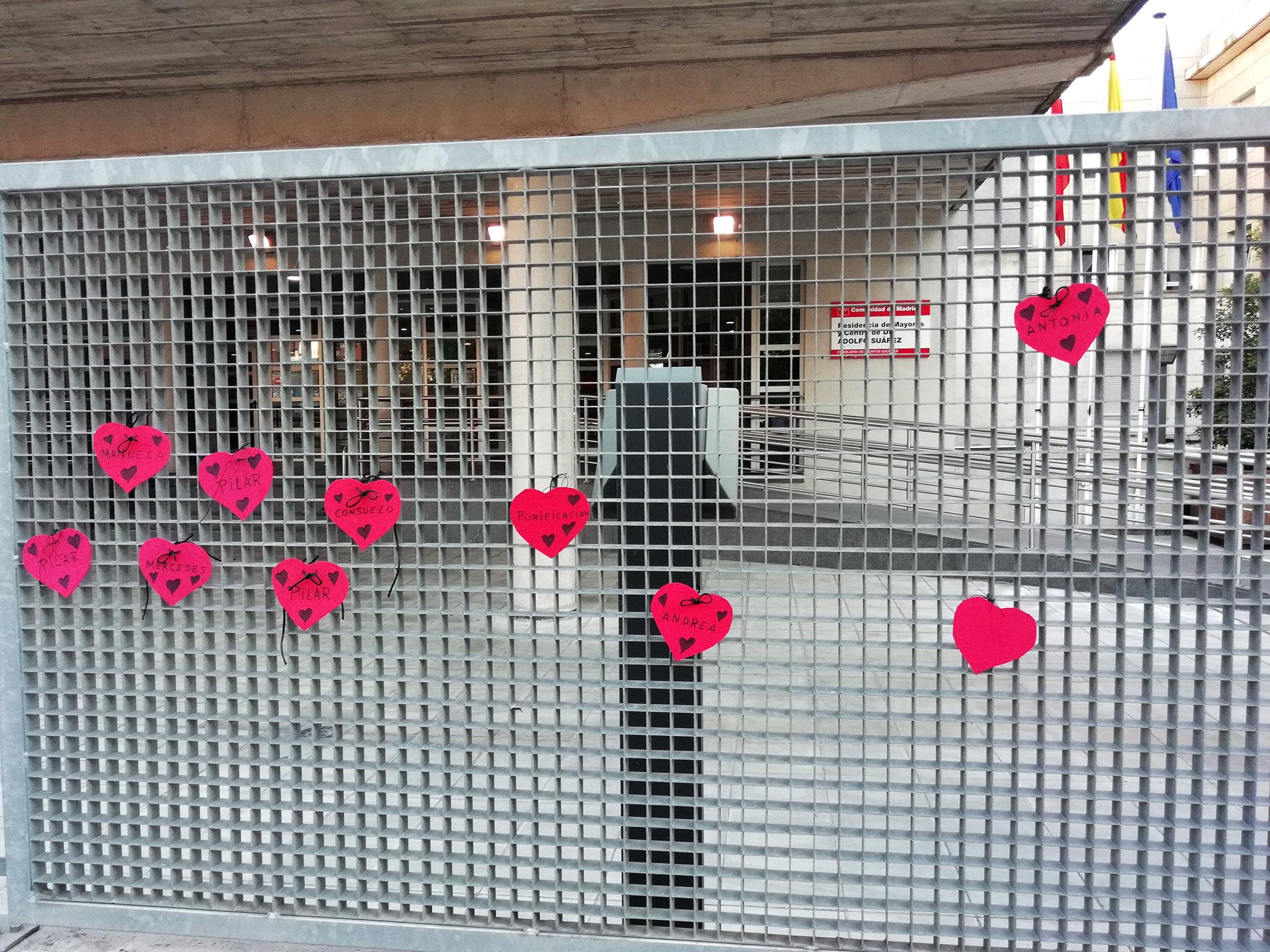 Los familiares congregados ataron a la verja de la entrada unos corazones rojos con los nombres de los fallecidos