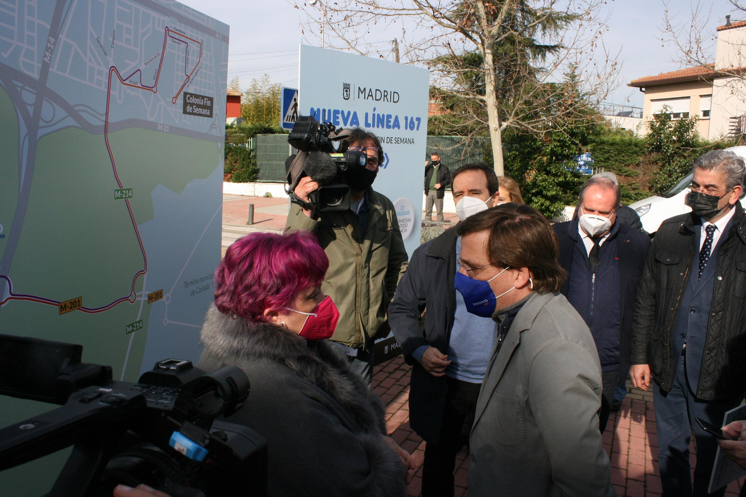 Paloma Lopez asociación ACEH exponiendo al alcalde las quejas y sugerencias vecinales.