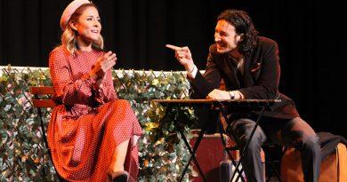 La compañía de teatro Pies Descalzos representó la obra Gúrov, la dama y el perrito