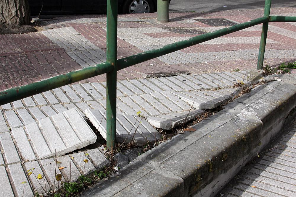 Alcorques vacíos peligrosos en las calles Boltaña y San Faustino