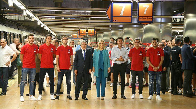 La presidenta de la Comunidad de Madrid, Cristina Cifuentes, acompañada del presidente del Atlético de Madrid, Enrique Cerezo, del entrenador Cholo Simeone y de varios jugadores del primer equipo