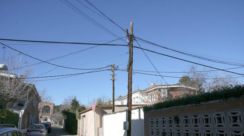 Descontrol en tendidos telefónicos y eléctricos peligrosos en Ciudad Pegaso