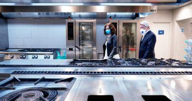 Isabel Díaz Ayuso y Enrique Cerezo en las cocinas del estadio atlético