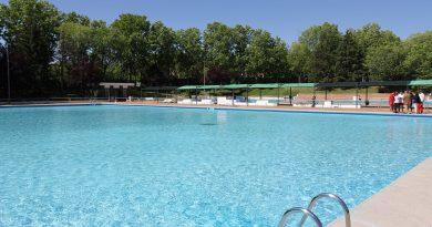 Para garantizar el distanciamiento social en las piscinas municipales se han contratado a trabajadores
