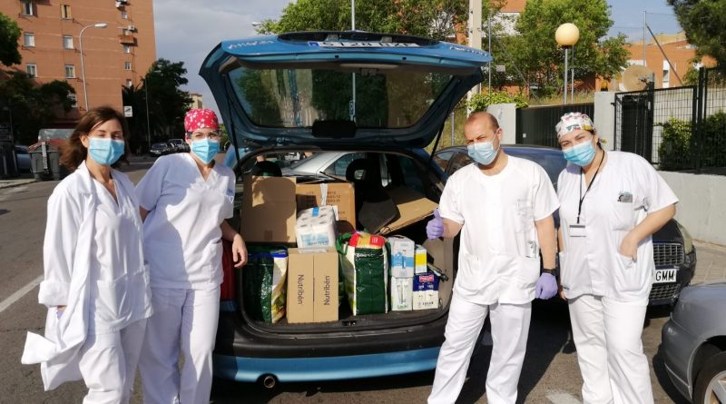 Sanitarios de los centros de salud Gandhi y Los Alpes también se han implicado con los necesitados a través de Apoyo Vecinal